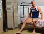 chippendale pose dans sa chambre à son domicile sur Tours