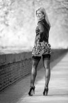 stripteaseuse blonde soulève sa robe dans une rue en Poitou-Charentes