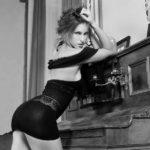 Stripteaseuse en mini jupe pose à son domicile en Aquitaine