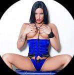 stripteaseuse cache avec ses mains ses gros seins à Rennes 35