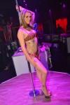 stripteaseuse en lingerie léopard sur un podium en Bretagne