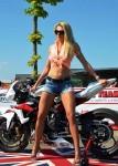 blonde en shorty jeans pose devant une moto en Pays de la Loire