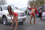 homme musclé arrose une femme sexy devant une voiuture à Laval 53