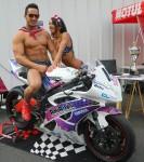 modèle femme homme fitness pose devant une moto de course à Angers 49