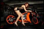 girl modèle fitness pose avec une KTM 1190 RC8 R à Angers 49