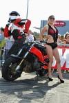 blond girl en body noir sexy pose lors d'une séance stunt en Finistère 29