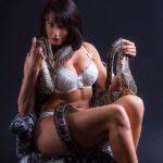 femme brune pose sexy en lingerie avec un reptile en Maine-et-Loire