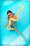 femme nage avec un serpent albinos dans une piscine dans le Morbihan