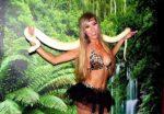 blonde au tient bronzé pour dans une tenue légère avec un serpent molure albinos en Sarthe