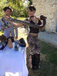 coyote girl tient dans les bras un grand python en Loiret