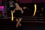 femme blonde fait un spectacle avec bolas de feu à Niort 79