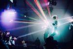 gogo danseuse lumineuse dans une discothèque en Bretagne