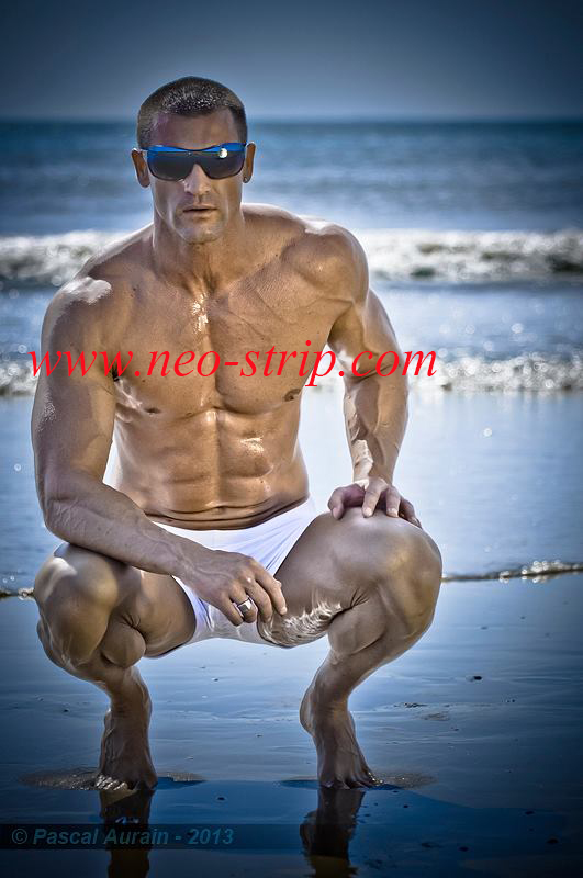 neo stripteaseur pose musclé sur une plage à Angoulême