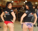 2 girls hôtesse pose en bikini dans un magasin moto axxe en Vendée