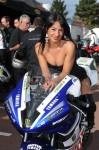 hôtesse sexy pose sur une moto de course yamaha à La Rochelle