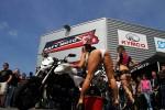 2 filles en bikini lors d'une prestation bike wash en Île-de-France