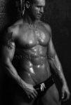 chippendale avec tatouage en slip de bain sous la douche à Le Mans