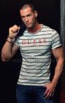 séance photo avec un chippendale en jeans et t-shirt guess à Rennes