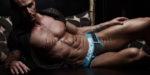 chippendale torse nu en slip allongé sur un canapé à Vannes